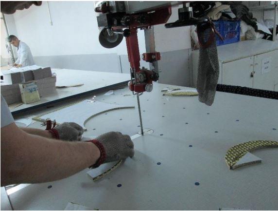 Resim 2: Kesim hızarı ve çelik eldiven kullanımı